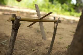 Foto ilustrando uma roda da agua feita com gravetos e bambu.