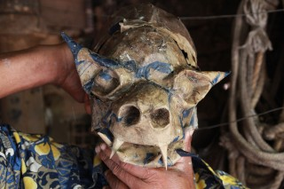 Foto de um homem vestindo uma máscara de um monstro.