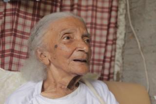 Foto de uma senhora de cabelos grisalhos.