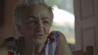 Foto de uma idosa de cabelos grisalho.