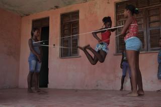 Foto de Três garotas brincando de elástico .