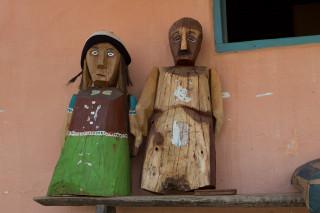 Imagem de duas esculturas de madeira .