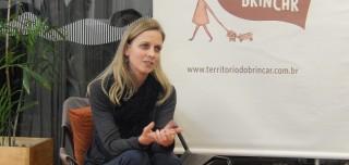 Foto de uma mulher sentada interagindo.