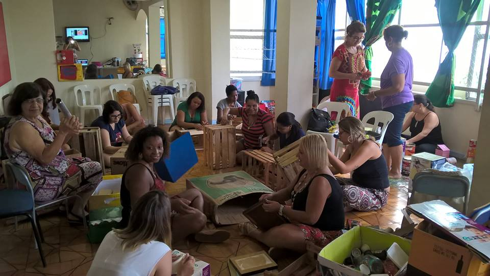 Professoras constroem brinquedos durante a semana pedagógica. Foto: Facebook Escola Nau