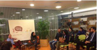 Foto ilustrando interação de inúmeras pessoas, em uma reunião discutindo assuntos em pauta.